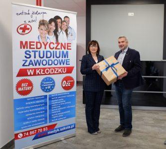 Dyrektor szkoły Magdalena Krawiec przekazała na ręce dyrektora Zespołu Szkół Ogólnokształcących w Bystrzycy Kłodzkiej Pawła Popiela nowoczesny projektor multimedialny.